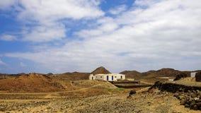 Ajardine com uma casa típica branca na ilha Lobos em Spai Imagem de Stock Royalty Free