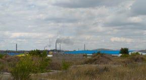 Ajardine com uma empresa industrial no horizonte Imagens de Stock