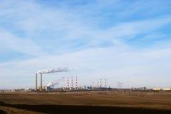 Ajardine com uma empresa industrial no horizonte Fotos de Stock