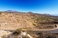 Ajardine com uma estrada através de um vale Fotografia de Stock Royalty Free