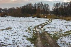 Ajardine com uma estrada de terra que conduz ao rio do ` de Hrun no oblast de Sumskaya, Ucrânia Imagem de Stock