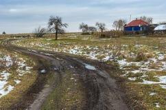 Ajardine com uma estrada de terra suja que conduz à vila ucraniana remota no oblast de Sumskaya Imagens de Stock Royalty Free