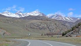 Ajardine com uma estrada do automóvel no fundo do Altai Imagens de Stock