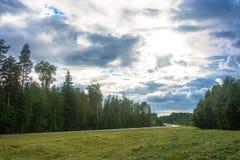 Ajardine com uma estrada por uma estrada em Carélia Foto de Stock Royalty Free