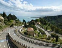 Ajardine com uma estrada que conduz ao mar, Sicília Foto de Stock Royalty Free