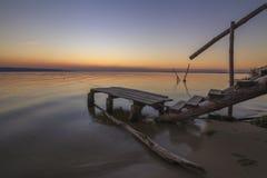 Ajardine com uma ideia do lago e de um bridg pequeno da pesca Imagens de Stock
