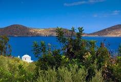 Ajardine com uma igreja branca pequena na baía Fotografia de Stock Royalty Free