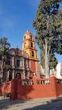 ajardine com uma igreja Católica em San Miguel de Allende, México Imagens de Stock