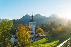 Ajardine com uma igreja e uma floresta tradicionais do outono, Gruyeres, Imagens de Stock Royalty Free
