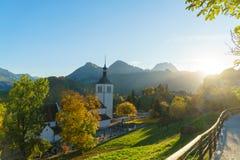 Ajardine com uma igreja e uma floresta tradicionais do outono, Gruyeres, Foto de Stock