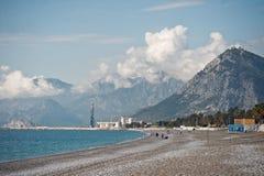 Ajardine com uma montanha na costa de mar, cercada por nuvens Imagem de Stock