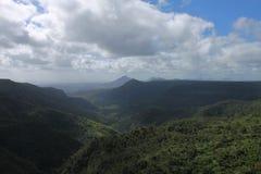 Ajardine com uma montanha na ilha de Maurícias Imagem de Stock Royalty Free