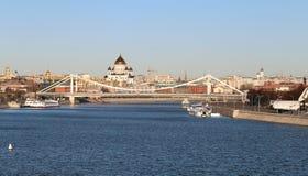 Ajardine com uma ponte e os templos em Moscou Fotografia de Stock Royalty Free