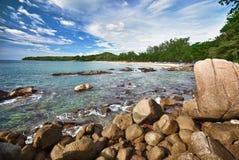 Ajardine com uma praia e as rochas - Tailândia Imagem de Stock Royalty Free