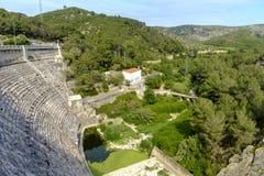 Ajardine com uma represa na província de Barcelona Catalonia Fotografia de Stock