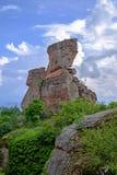 Ajardine com uma rocha velha contra um céu nebuloso 1 Imagem de Stock Royalty Free