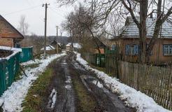 Ajardine com uma rua vazia da vila rural Pidstavky, oblast de Sumskaya, Ucrânia Foto de Stock Royalty Free
