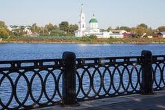 Ajardine com uma terraplenagem do rio e uma igreja Foto de Stock Royalty Free