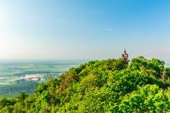 ajardine com uma torre de igreja na parte superior da montanha Fotos de Stock