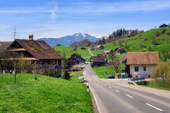 Ajardine com uma vila pequena em Suíça central Imagem de Stock