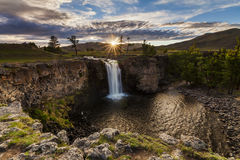 Ajardine com uma vista da cachoeira e do céu bonito Fotos de Stock Royalty Free