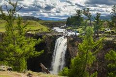 Ajardine com uma vista da cachoeira e do céu bonito Foto de Stock