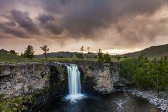 Ajardine com uma vista da cachoeira e do céu bonito Imagens de Stock