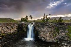 Ajardine com uma vista da cachoeira e do céu bonito Imagens de Stock Royalty Free