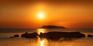 Ajardine com uma vista da costa de mar Fotografia de Stock Royalty Free