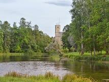 Ajardine com uma vista da lagoa e do palácio Fotografia de Stock Royalty Free