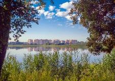 Ajardine com uma vista da vizinhança nova no outro lado do rio Imagens de Stock