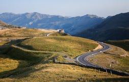 Ajardine com uma vista das montanhas de Geórgia e de amizade Fotos de Stock