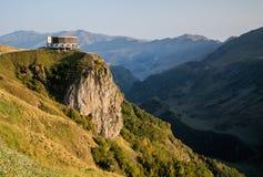 Ajardine com uma vista das montanhas de Geórgia e de amizade Foto de Stock Royalty Free