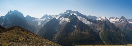 Ajardine com uma vista das montanhas e do céu azul Vista panorâmico Foto de Stock