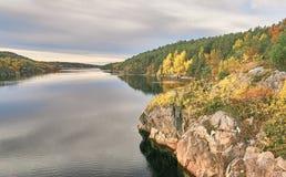 Ajardine com uma vista do fiorde norueguês no outono Imagens de Stock