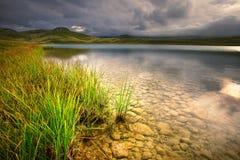 Ajardine com uma vista no lago glacial Imagens de Stock Royalty Free