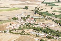 Ajardine com uma vista sobre Castrojeriz em um dia de verão, Burgos Imagem de Stock