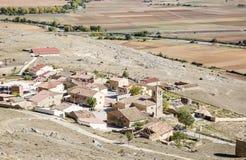 Ajardine com uma vista sobre a vila de Gormaz, Soria, Espanha Fotos de Stock Royalty Free
