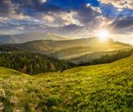 Ajardine com vale e floresta nas montanhas altas no por do sol Foto de Stock Royalty Free