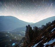 Ajardine com Via Látea, céu noturno com as estrelas na montanha, fotografia longa da exposição, com grão Foto de Stock Royalty Free