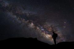 Ajardine com Via Látea, céu noturno com estrelas e silhueta de Fotografia de Stock