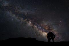 Ajardine com Via Látea, céu noturno com estrelas e silhueta de Foto de Stock Royalty Free