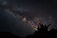 Ajardine com Via Látea, céu noturno com estrelas e silhueta de Fotos de Stock Royalty Free