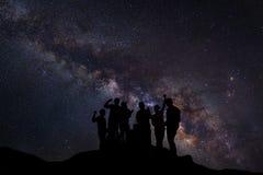 Ajardine com Via Látea, céu noturno com estrelas e silhueta de Fotografia de Stock Royalty Free