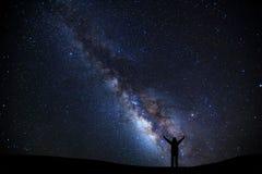 Ajardine com Via Látea, céu noturno com estrelas e silhueta de Fotos de Stock