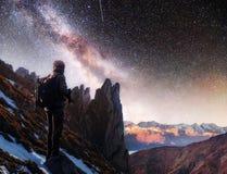 Ajardine com Via Látea, estrelas do céu noturno e silhueta de um homem ereto do fotógrafo na montanha Imagens de Stock Royalty Free