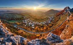Ajardine com a vila, as montanhas e o céu azul - panorâmicos Fotografia de Stock Royalty Free