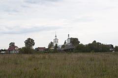 Ajardine com vila de Vondokurye e a igreja da trindade animador no distrito de Kotlas Fotografia de Stock Royalty Free