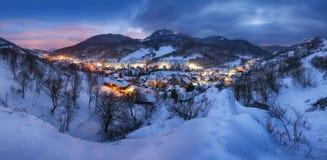 Ajardine com a vila na noite do inverno, panorama imagens de stock