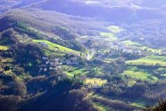 Ajardine com a vila pequena nas montanhas de Apennines Fotografia de Stock Royalty Free